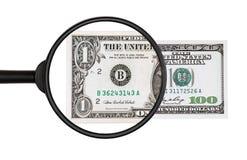 $ 100 sobre una inspección más cercana con una lupa se convierte en $ Fotos de archivo libres de regalías
