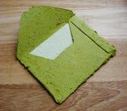 Sobre verde con la tarjeta Fotografía de archivo libre de regalías