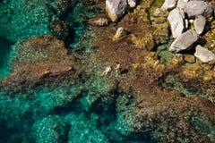 Sobre vista de un par que se baña en el mar Imagenes de archivo