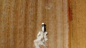 Sobre a vista superior do caminhão que corre no campo que faz agriliming nas colheitas no campo video estoque