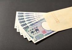 Sobre y billete de banco japonés 1000 yenes Fotos de archivo libres de regalías