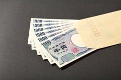Sobre y billete de banco japonés 1000 yenes Imagen de archivo libre de regalías