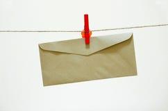 Sobre y clothespin rojo Imagen de archivo