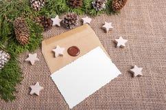 Sobre y de felicitación de la tarjeta todavía de la Navidad vida Imágenes de archivo libres de regalías