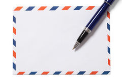Sobre y pluma en blanco con la trayectoria de recortes Fotos de archivo libres de regalías