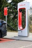 Sobrealimentador de Tesla con la carga negra del coche de Tesla Foto de archivo libre de regalías