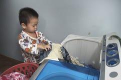 Sobrecama del lavado de la ayuda del niño fotografía de archivo