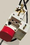 Sobrecarga eléctrica. Adaptador quemado, enchufes. Imagen de archivo