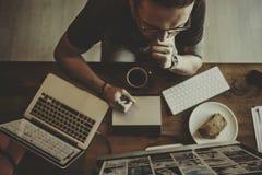 Sobrecarga que trabaja concepto en horas extras contemporáneo Fotografía de archivo