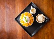 A sobremesa barbeada do gelo com manga cortou Servido com gelado e chantiliy de baunilha imagens de stock