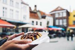 Sobremesa belga tradicional, pastelaria - waffle saboroso de Bélgica com fotografia de stock royalty free