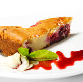 Sobremesa - bolo das cerejas Fotos de Stock Royalty Free