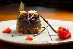 Sobremesa bonita: bolo de chocolate com porcas em um close-up da placa Imagem de Stock Royalty Free