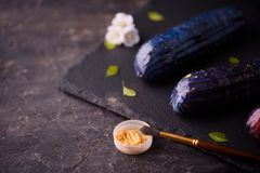 Sobremesa bonita e saboroso em uma placa da ard?sia com p?talas imagens de stock royalty free