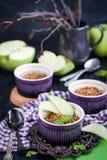 Sobremesa caseiro do crumble da maçã deliciosa imagem de stock royalty free