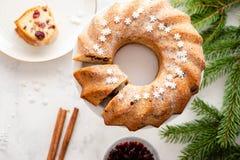 Sobremesa caseiro tradicional do feriado do bolo do Natal com o arando no quadro das decorações da árvore do ano novo no branco d fotografia de stock royalty free