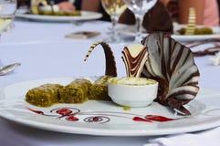 sobremesa com baklava fotos de stock royalty free