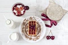 Sobremesa com cereja imagem de stock royalty free