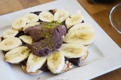 Sobremesa com chocolate e banana na placa Fotos de Stock