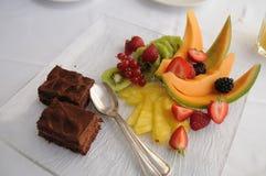 Sobremesa com frutos & bolo Fotografia de Stock