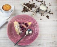 Sobremesa com mirtilos e requeijão em um fundo claro de madeira Sobremesa do fruto do verão Vista de acima imagens de stock royalty free