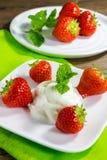 Sobremesa com morangos e creme Imagens de Stock