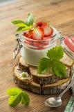 Sobremesa com morangos frescas imagem de stock
