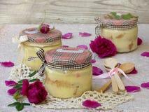 Sobremesa com pétalas cor-de-rosa Imagem de Stock