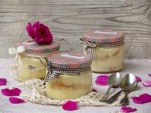 Sobremesa com pétalas cor-de-rosa Fotografia de Stock Royalty Free