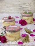 Sobremesa com pétalas cor-de-rosa Imagens de Stock