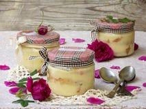 Sobremesa com pétalas cor-de-rosa Foto de Stock Royalty Free
