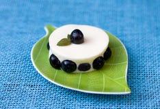 Sobremesa com uvas-do-monte fotografia de stock