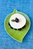 Sobremesa com uvas-do-monte fotografia de stock royalty free
