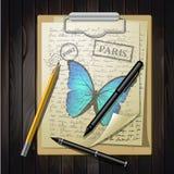 Sobremesa con bosquejar el papel y la mariposa Foto de archivo libre de regalías