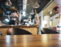 Sobremesa con el fondo borroso contador del restaurante de la barra Fotografía de archivo libre de regalías