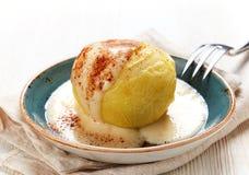 Sobremesa cozida da maçã com molho da baunilha Foto de Stock Royalty Free