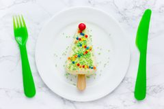 Sobremesa da árvore de Natal - bolo de queijo da parcela na vara foto de stock