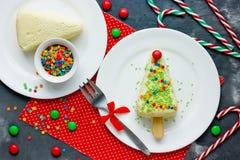 Sobremesa da árvore de Natal - o bolo de queijo com açúcar colorido polvilha fotografia de stock royalty free