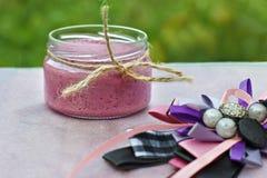 Sobremesa da baga do verão em um frasco em um fundo claro Vista lateral imagens de stock royalty free