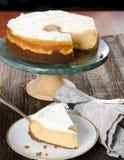 Sobremesa da fatia do bolo de queijo servida Imagens de Stock