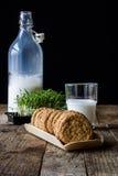 Sobremesa da manhã em uma tabela de madeira velha foto de stock royalty free