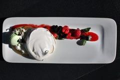 Sobremesa da merengue do restaurante com bagas Fotografia de Stock