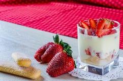 Sobremesa da morango com mascarpone e biscoitos Foto de Stock
