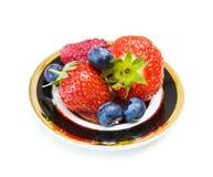Sobremesa da morango e da uva-do-monte Imagem de Stock