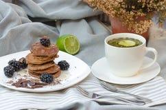 Sobremesa das panquecas com framboesas e mel Fotografia de Stock Royalty Free