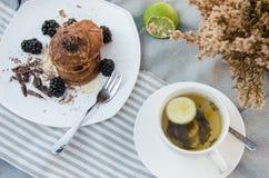 Sobremesa das panquecas com framboesas e mel Fotos de Stock