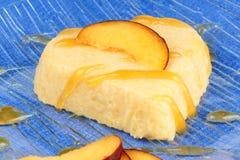 Sobremesa de creme bávara dada forma coração do pêssego (bavarese) fotos de stock royalty free