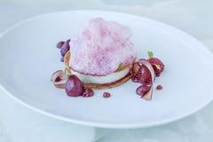 Sobremesa de creme de pastelaria de Marizipan da espuma da framboesa Imagens de Stock Royalty Free