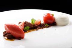Sobremesa de jantar fina, gelado de morango, musse de chocolate Fotos de Stock Royalty Free