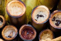 Sobremesa de Khao Lam Thai, leite de coco com arroz pegajoso no bambu fotografia de stock